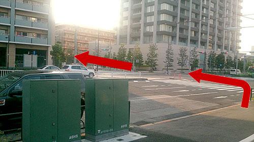③高架下を抜けて1つ目の信号を左に渡り、直進します。