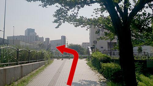 ④大きな道路に出たら左に曲がり、しばらく直進します。