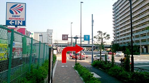 ⑤オートバックスさんの看板のある交差点を右に曲がり、直進します。(交差点に名称が出ていません。)