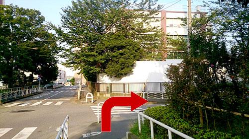 ②東雲小学校前の交差点を右折します。<br />工事中のため、様子が変わっている場合があります。